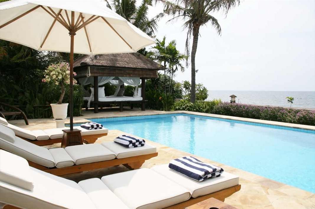 Pool sunbeds 2